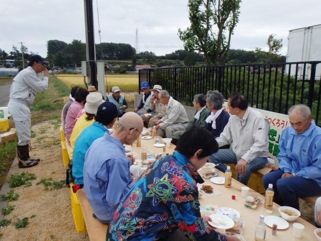 『トン汁、おにぎりで食事を楽しむ参加者の皆さん』の画像