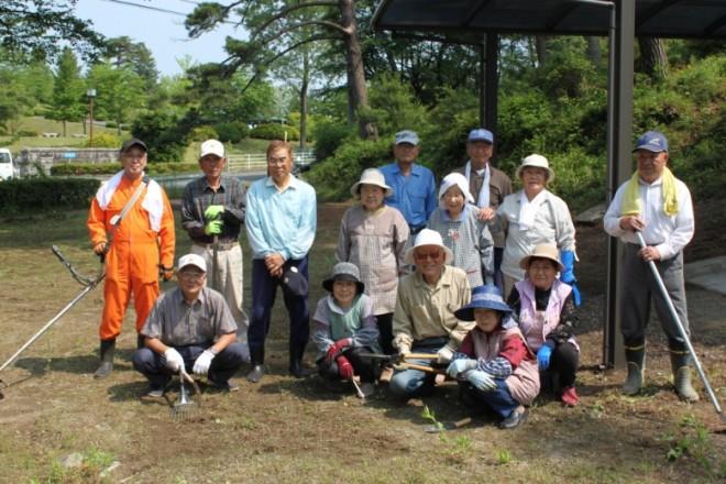 『峠寿クラブの皆さんが泉崎横穴の周辺清掃を実施』の画像